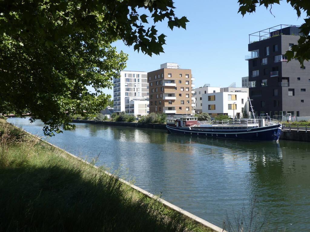 La résidence Futur Composé au bord du canal