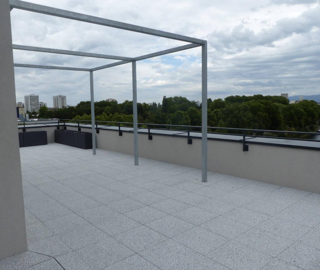 Une pergola habille la terrasse de la résidence Futur Composé